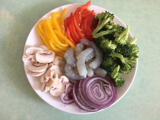 大虾披萨,利用这个时间准备馅材料,将蔬菜洗净,切成丝。大虾去皮去虾线。
