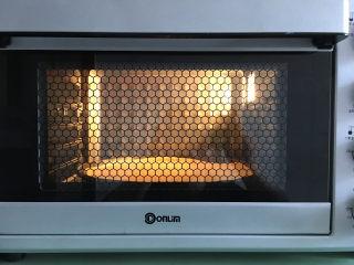 大虾披萨,将做好的饼皮放入预热好的烤箱中烘烤5分钟。温度为170度。