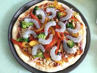 大虾披萨,再将大虾摆在上面。