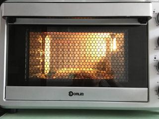大虾披萨,放入提前预热的烤箱中进行烘烤,温度为上管190度,下管170度。