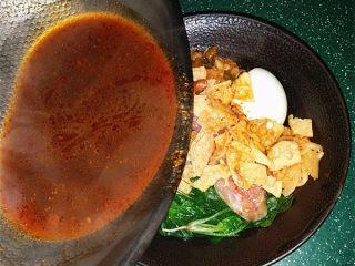 柳州螺蛳粉,卤水煮开后迅速倒入米粉碗中