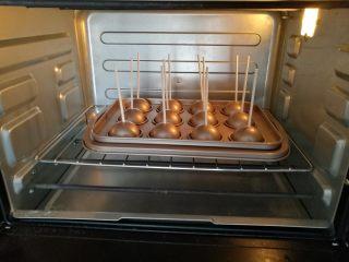 棒棒糖蛋糕,9.放入烤箱下层