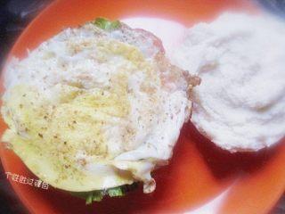 中式汉堡,剩馒头也有春天,把煎好的馒头放入盘子里,先铺上一层生菜,放上荷包蛋