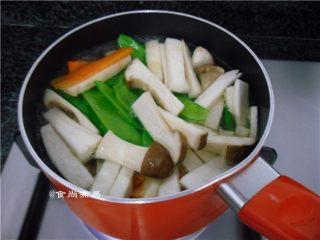 黑椒排骨杂菜锅,再放入荷兰豆、杏鲍菇、胡萝卜焯煮片刻