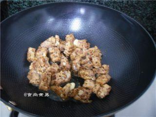 黑椒排骨杂菜锅,倒入排骨煸炒片刻,炒至焦黄出香味
