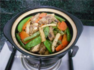 黑椒排骨杂菜锅,盛入砂锅中,在炉火上煮5—8分钟即可原煲端上餐桌