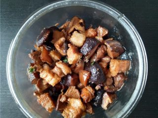 香菇烧肉便当,将香菇烧肉倒入饭盒;