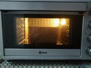 经典白吐司,整个吐司盒放入烤箱底层,上火130度,下火160度烤35分钟(其他烤箱和吐司盒按照常用习惯烤)