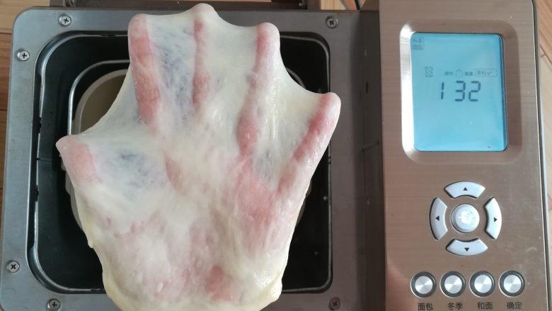 经典白吐司,和面完成,顺手拉一个手套膜,28分钟出膜妥妥的