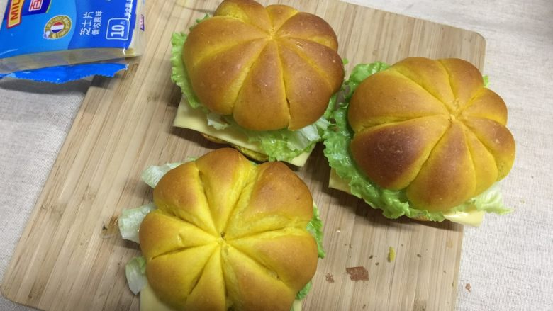 南瓜汉堡包,盖上另一半面包片