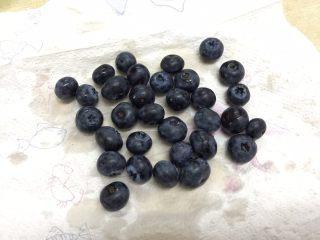脆皮蓝莓玛芬,蓝莓提前洗净,用纸巾吸干表面的水分