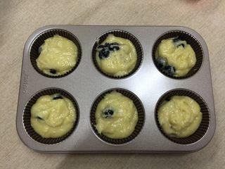 脆皮蓝莓玛芬,将面糊倒入纸杯中,刚好可以做6个