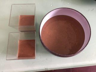 巧克力三重奏慕斯,把黑巧克力奶油糊倒入容器里,放入冰箱冷藏至凝固
