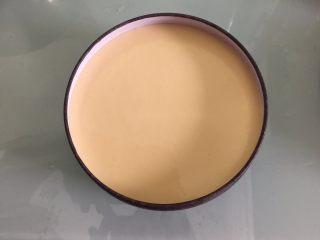 巧克力三重奏慕斯,把白巧克力奶油糊倒入已凝固的牛奶巧克力慕斯上,放入冰箱冷藏至凝固