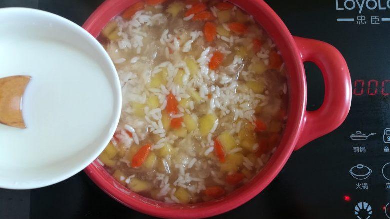 菠萝银耳羹,加入勾芡好的玉米淀粉液