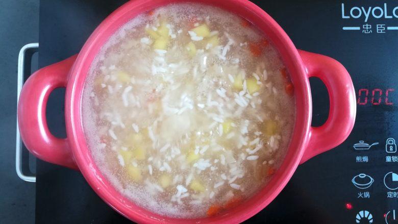 菠萝银耳羹,继续小火煲10分钟就可以开吃了