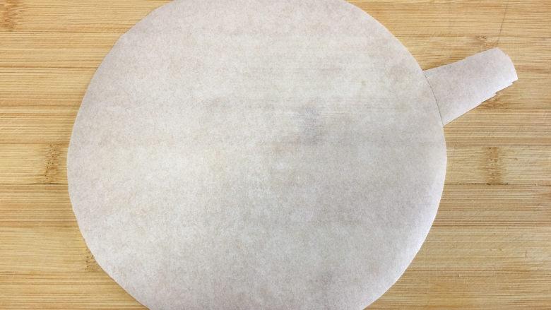 8寸芒果慕斯蛋糕,先做准备工作:先用油纸剪一张和八寸蛋糕模具底一样大小的圆形,有一边留一点纸边。(如图)