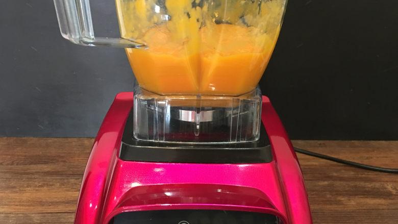 8寸芒果慕斯蛋糕,接下来做慕斯液:将芒果去皮,果肉切成小块,放入破壁机里打成芒果泥备用。