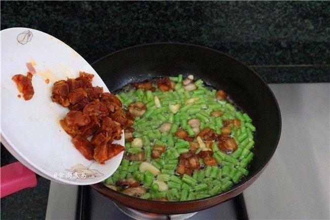 五花肉蒜香腊味焖饭,接着倒入腊肠、翻炒均匀