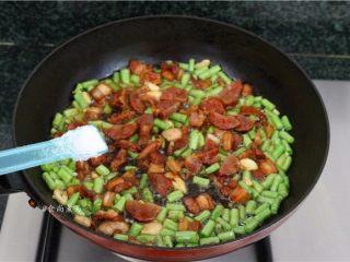 五花肉蒜香腊味焖饭,调入盐、鸡粉