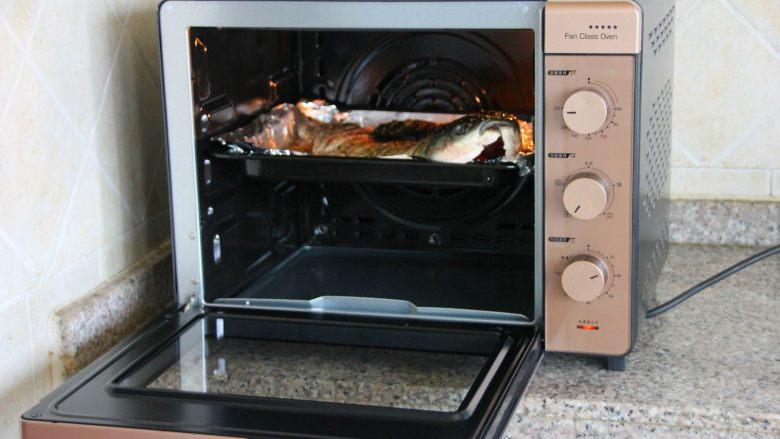 香辣烤鱼,烤盘放入预热好的烤箱内。