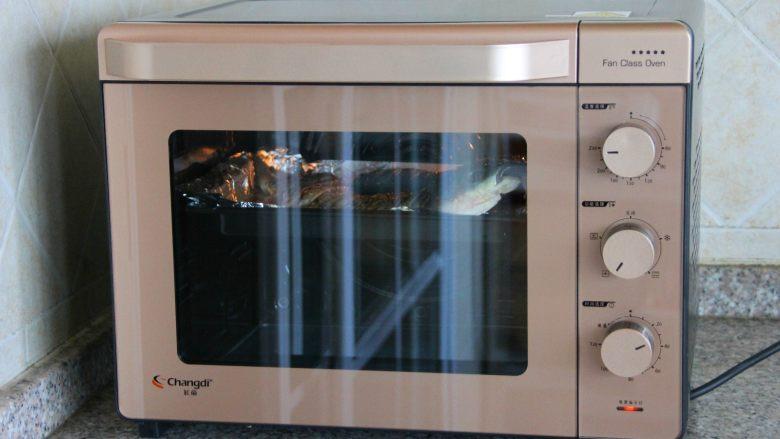 香辣烤鱼,220度烤20分钟。