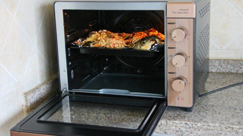 香辣烤鱼,放回烤箱,220度热风循环模式继续烤6-8分钟。