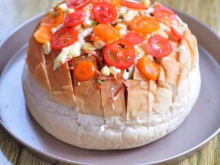 披薩派對面包,表面撒上玉米粒、切片的小蕃茄,并且擠上沙拉醬。