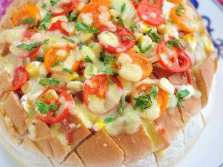 披薩派對面包,表面撒少許香菜碎,會顯得更漂亮。