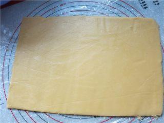 好吃的根本刹不住啊--焦糖杏仁酥饼,上下两张保鲜膜把酥饼面团放中间擀成4mm左右的薄片,用模具在上面压出痕迹,用小刀划去多余的面片