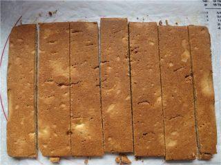 好吃的根本刹不住啊--焦糖杏仁酥饼,取出趁热脱模,待稍微冷却一下,不用翻面直接切把就好