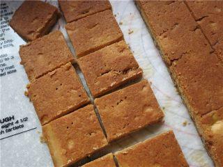 好吃的根本刹不住啊--焦糖杏仁酥饼,切成需要的大小!成品焦香浓郁香酥掉渣