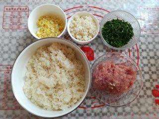 油炸糯米丸子,糯米饭煮熟后盛出放凉,所有材料露个脸