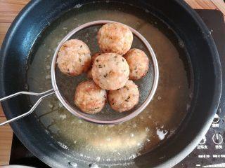 油炸糯米丸子,丸子炸到金黄就可以出锅了