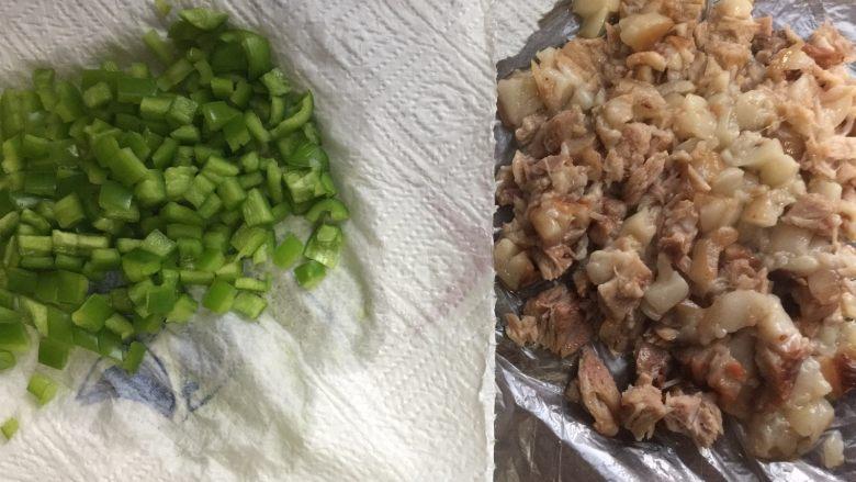 肉夹馍,把青椒和酱肉都切成小丁