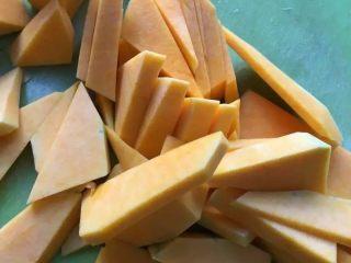 补中益气的南瓜米糊,取老南瓜的一部分,去皮切小块。