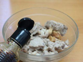 香辣土豆猪骨干锅,捞起沥干水,倒入大碗中,调入盐、酱油、蚝油拌匀