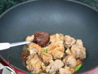 香辣土豆猪骨干锅,调入一汤匙沙茶酱,继续翻炒出香味
