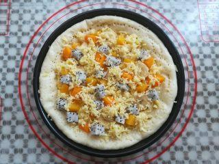 繽紛水果披薩,水果粒上再放上適量的馬蘇里拉奶酪碎
