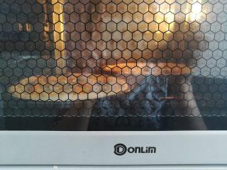 繽紛水果披薩,烤箱上火190度,下火220度烤10分鐘,烤到表面的馬蘇里拉奶酪碎融化就可以出爐了