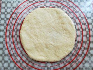 繽紛水果披薩,取一個大面團搟成8寸圓形面團
