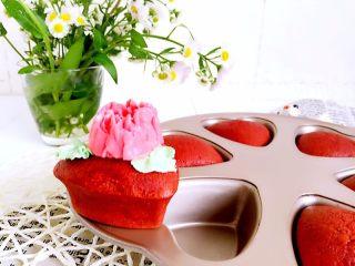 爱心小蛋糕,用奶油霜裱朵花装饰一下