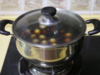 五香鹌鹑蛋, 大概煮5分钟后关火,让鹌鹑蛋在卤汤中浸泡2小时以上慢慢入味