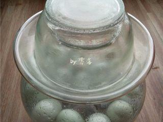 自制咸鸭蛋,将冷却的盐水倒入鸭蛋坛子,用无油无水的筷子将坛子里的盐水,白酒轻轻搅拌均匀;