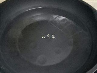 自制咸鸭蛋,锅里放入清水;
