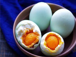 自制咸鸭蛋,捞出,剥壳;油汪汪、100%起沙的咸鸭蛋就炼成啦;