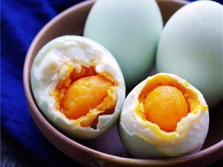 自制咸鸭蛋,咸鸭蛋腌制时间越长,咸度越高;如果已达到自己想要的效果,可捞出鸭蛋,擦干水分,放冰箱冷藏保存。如果消灭咸鸭蛋的速度比较快,一直泡着也成;