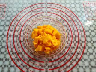芒果酸奶(奶粉版),芒果去皮切成颗粒