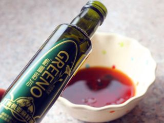 燕麦核桃饼干,2、倒入50克亚麻籽油。