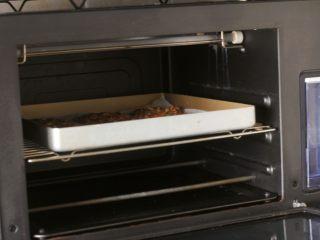 燕麦核桃饼干,9、烤箱170度预热10